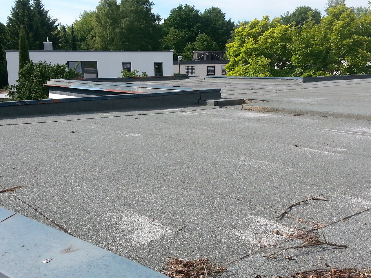 Szczelność dachu – sprawdzenie szczelności dachu. Uszczelnianie dachu z papy – uszczelniacz dekarski Lakma